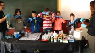 Científicos en potencia, realizando extracción de ADN.